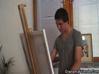 दादी दो युवा चित्रकारों को प्रसन्न
