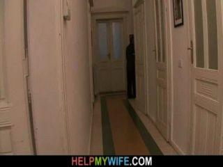 पुराने पति उसके जवान पत्नी नाखून के लिए एक अजनबी भुगतान करता है