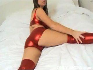 केट कुछ भी नहीं है लेकिन चमकदार लाल पीवीसी अधोवस्त्र में चिढ़ा