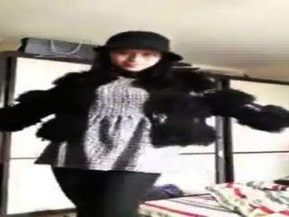 चीनी लड़की वेबकैम पर खुद से पता चलता है