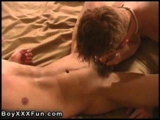 गर्म समलैंगिक यौन संबंध धक्का देकर वास्तविक विशाल dildo के साथ सैम ड्रिल!