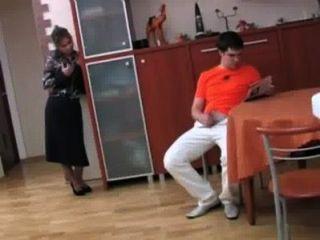 रूस सौतेली माँ fucks उसके बेटे को पी -1