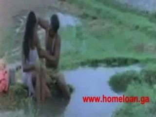 खुले स्नान नदी के किनारे स्तन शो