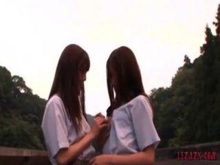 2 स्कूली पेटिंग चुंबन आउटडोर जबकि खड़े