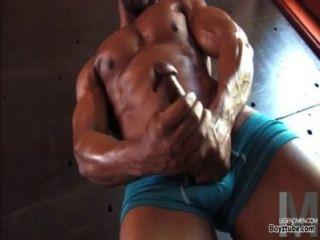 काले समलैंगिक पेशी हंक उसके मर्दाना बड़ा मुर्गा हस्तमैथुन