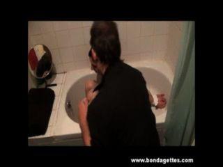 गला घोट दिया मजबूरी और गीला शौचालय में विनम्र ईमानदारी cabellero के स्नान बंधन