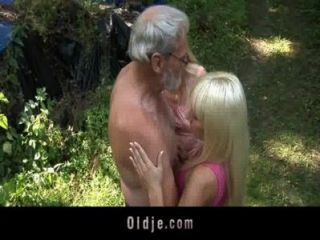 गोरा किशोर के साथ दाढ़ी वाले Oldman त्रिगुट