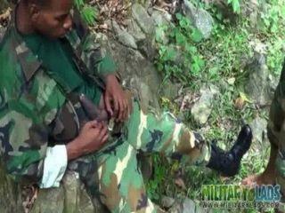 समलैंगिक सैनिकों आउटडोर मौखिक पर ले जाता है