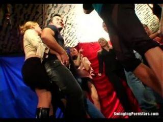 उत्साहित पार्टी लड़कियों क्लब तांडव में लंड चूसना