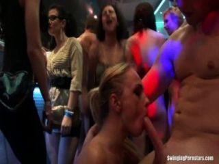 क्लब तांडव में कमबख्त सेक्सी पार्टी लड़कियों
