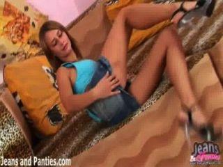 Valya उसकी स्कर्ट खींचती है और उसकी पैंटी पर चमक
