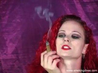 रेड इंडियन मेलिस्सा एक सिगार धूम्रपान करता है, जबकि हमें चिढ़ा