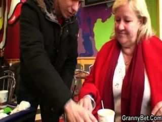 युवा संवर्धन कैफे में विशाल दादी ऊपर उठाता