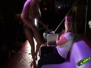 जेनी एक y La Chica डेल पब्लिक