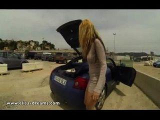 एक सार्वजनिक पार्किंग में नग्न चमकती