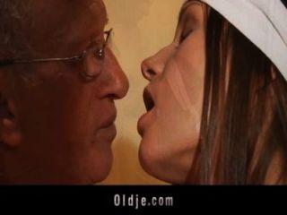 बूढ़े आदमी गधा एक युवा Slutty सफाई औरत में पंप