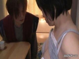 संचिका परिपक्व उसके स्तन हो रही महिला को बिल्ली मैट पर युवा पुरुष द्वारा पाला मला