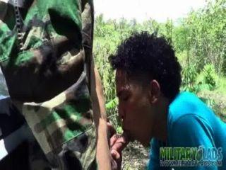 सेना लड़का एक अजनबी के साथ एक pricknick है