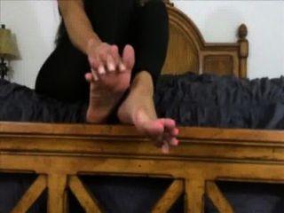 सुंदर मालकिन आप अपने पैरों पर पूजा करते हैं और सह करना चाहता है