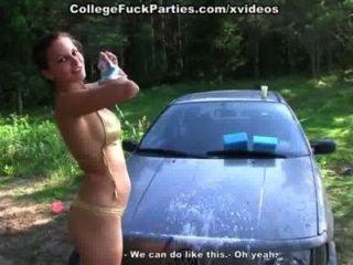 टॉपलेस कॉलेज लड़कियों erotically पिकनिक पर कार धोने
