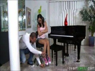 टिनी किशोर पियानो वादक एक विशाल मुर्गा निभाता है