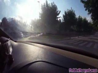 जेनी ग्लैमर एक सार्वजनिक सड़क पर एक कार पर गड़बड़
