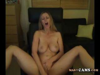 शौकिया सुनहरे बालों वाली लड़की वेबकैम पर उसे dildo के साथ खेलते हैं