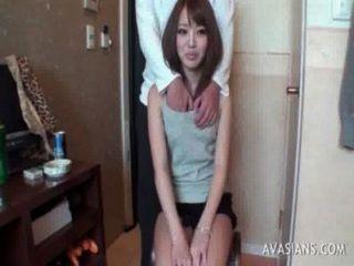 छोटे एशियाई छात्रा कैसे dildo का उपयोग करने के लिए सीखता है