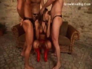 तीन पुरुषों खुशी उनकी डॉमीनेटरिक्स