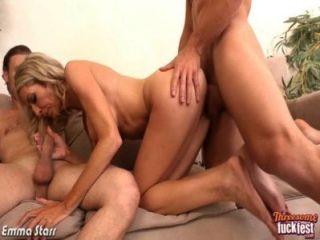 सेक्सी एम्मा स्टार त्रिगुट में दो लंड ले