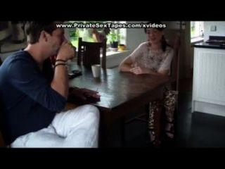 शौकिया प्रेमियों मेज पर यौन संबंध