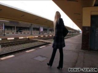 यूरोपीय बेब एन्जिल Wicky पैसे के लिए ट्रेनों के शौचालय में गड़बड़