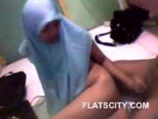 प्यारा Hijabi बेब उसे BF के लिए handjob दे रही है और कुत्ते में गड़बड़