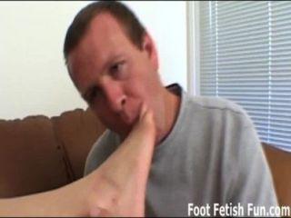 मेरे तलवे चाटना तो मैं तुम्हें एक मैला footjob दे सकते हैं