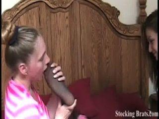 एक पैर बुत के साथ तीन समलैंगिक ही कमरे में रहते