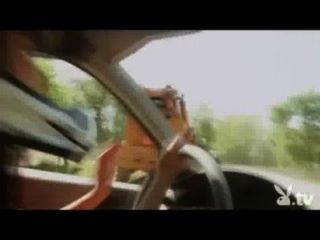 नग्न लड़कियों को एक विध्वंस डर्बी में ड्राइविंग!