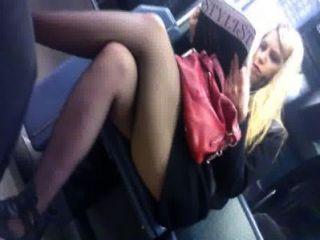कोई स्कर्ट गोरा और मेट्रो में छोटी कोट