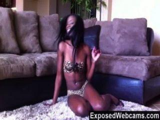 फर्श पर orgasming सुंदर काले किशोर