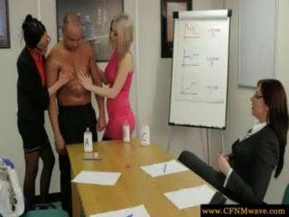 कार्यालय में femdoms उनके उप पर चूसने