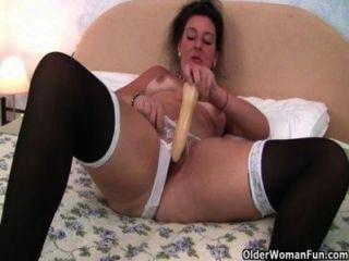 ब्रिटिश दादी उसे गधे को एक dildo प्यार करता है