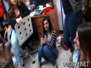 कॉलेज XXX वीडियो देखने के