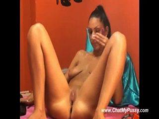 सेक्सी श्यामला उसे छेद dildoing रहते हैं तो कैमरे पर फुहार