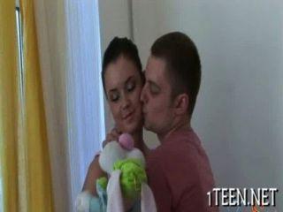 आदमी बेब उसकी प्रोटीन दे रहा है