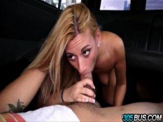 प्यारा Blondie कोको नीले bus.4 पर बरगलाया जाता है