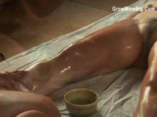 जापानी समलैगिंकों sensually एक दूसरे पर तेल मलना