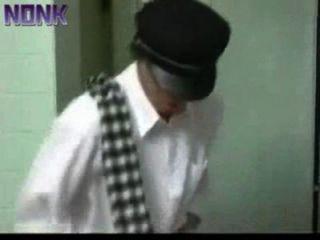 रेलवे स्टेशन के सार्वजनिक शौचालय में गड़बड़, किसी को भी जानता है जानता है कि वह कौन है?