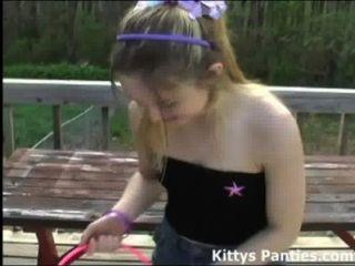 किटी ईस्टर अंडे के लिए शिकार उसकी पैंटी पर चमकती