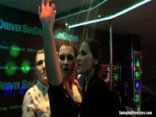 गीला लड़कियों के एक क्लब में erotically नाच