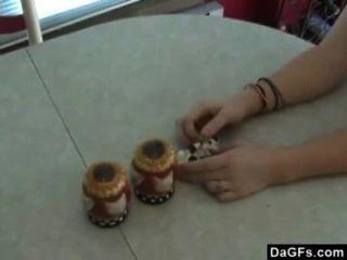 संचिका रेड इंडियन उसे नया खिलौना के साथ रसोई घर में त्वरित मज़ा है