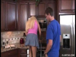 रसोई घर में गोरा milf मरोड़ते